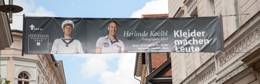 Strassenbanner zur Herlinde Koelbl Ausstellung